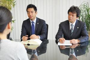 依頼者の話を聞く福田弁護士