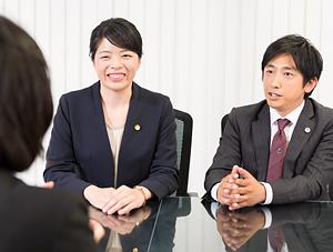 依頼者の話を聞く中江弁護士
