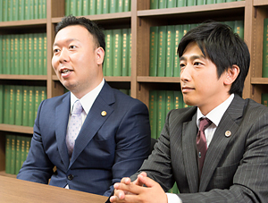 依頼者の話を聞く鈴木弁護士